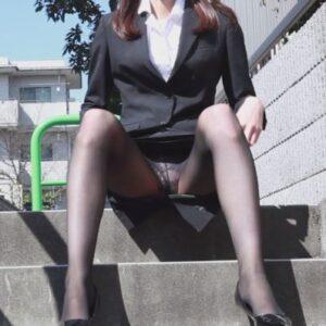 階段で座って開脚してパンチラ