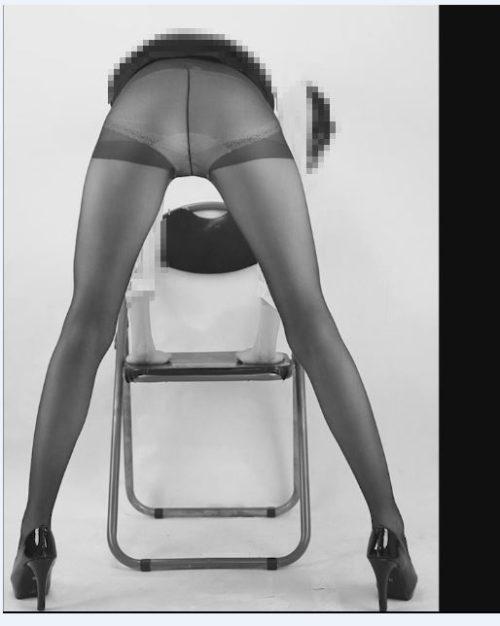 脚が細くて長い女性のストッキング写真