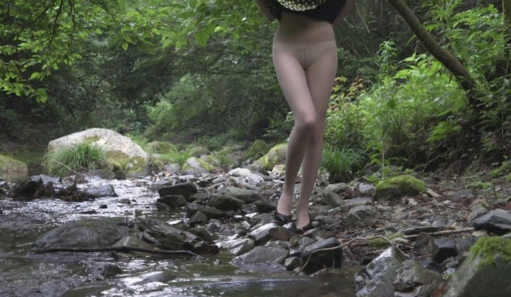 脚がすらっとしたモデル体型女性の野外露出